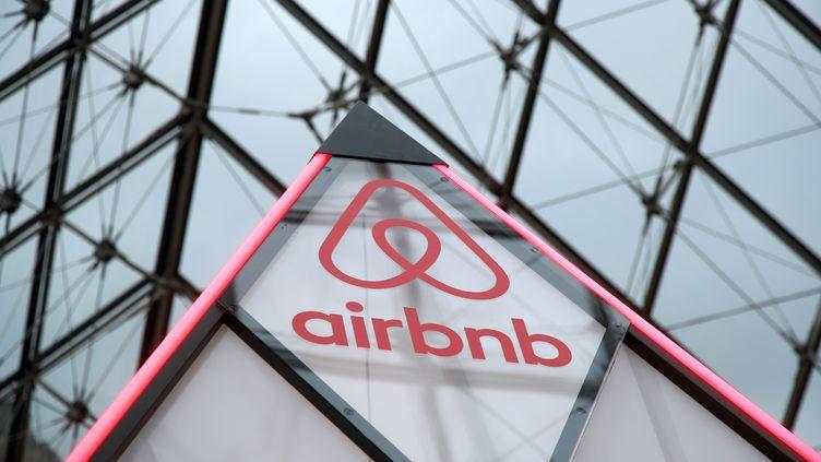 Le logo d'Airbnb sur la petite pyramide du Louvre, à Paris, le 12 mars 2019 lors d'une opération promotionnelle. (CHARLES PLATIAU / Reuters)