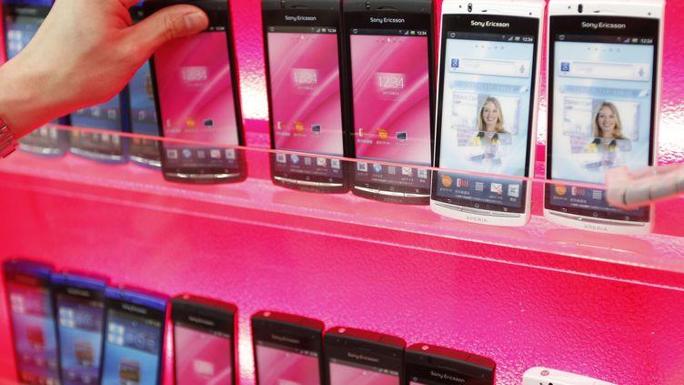 Des smartphones Sony Ericsson dans un magasin de Tokyo (Japon), le 7 octobre 2011. (KIM KYUNG-HOON / REUTERS)