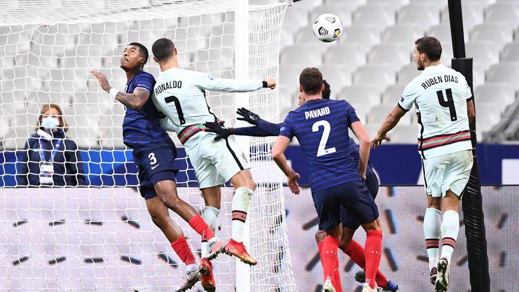 Le défenseur français Presnel Kimpembe face à l'attaquant portugais Cristiano Ronaldo, lors d'un match de la Ligue des nations entre la France et le Portugal, le 11 octobre 2020, au Stade de France. (FRANCK FIFE / AFP)