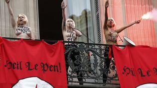 """TroisFemen interrompent le discours du 1er-Mai de Marine Le Pen à Paris aux cris de """"Heil Le Pen !"""". (THOMAS SAMSON / AFP)"""