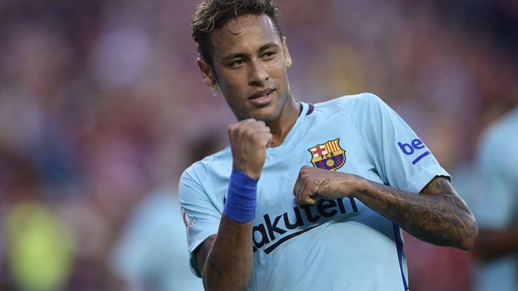 Neymar est toujours annoncé comme étant très proche d'une arrivée à Paris. (BRENDAN SMIALOWSKI / AFP)