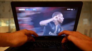 Lors du match Liverpool-Paris, un internaute regarde le match depuis un site de streaming. (LP/OLIVIER ARANDEL / MAXPPP)
