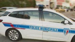 Un groupe d'une cinquantaine d'individus a attaqué une patrouille de policiers qui intervenait à Grasse (Alpes-Maritimes), à la suite de dégradations de caméras de surveillance. (FRANCE 2)