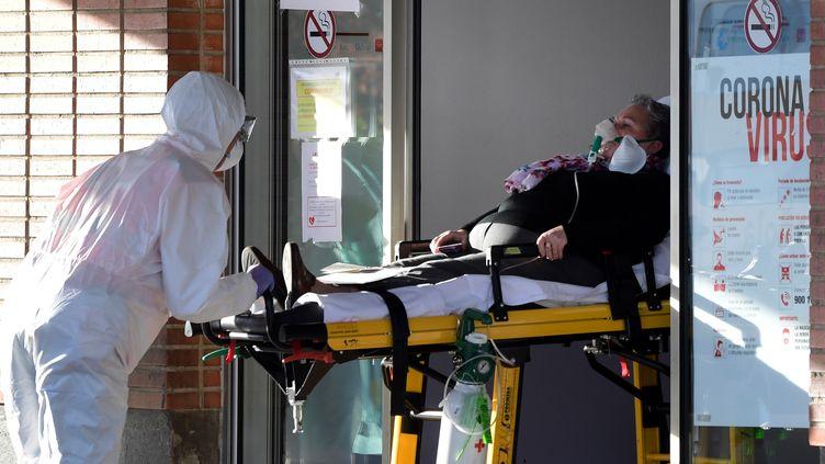 Un malade du Covid-19 arrive à l'hôpital de Leganes (Espagne), le 26 mars 2020. (JAVIER SORIANO / AFP)