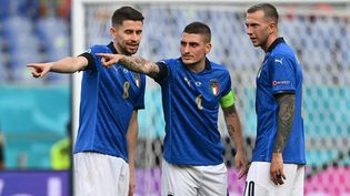 Les milieux de terrain Jorginho, Marco Verratti et Federico Bernardeschi en discussion. (ANDREAS SOLARO / POOL)