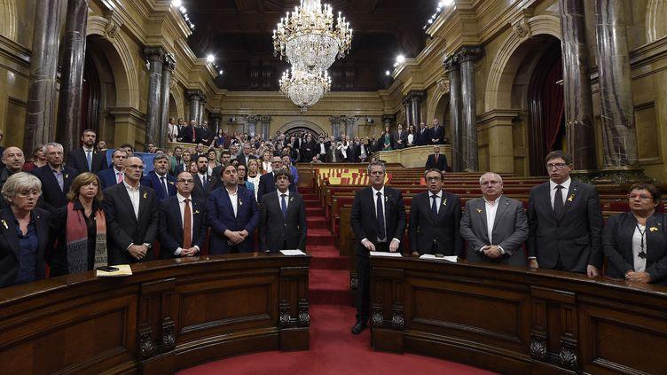 Le président catalan Carles Puigdemont et les parlementaires séparatistes, le 27 octobre 2017. (LLUIS GENE / AFP)
