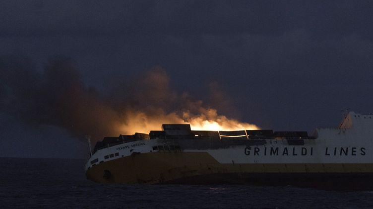 """Le navire """"Grande America"""" ravagé par un incendie au large des côtes bretonnes, le 12 mars 2019. (LOIC BERNARDIN / MARINE NATIONALE / AFP)"""