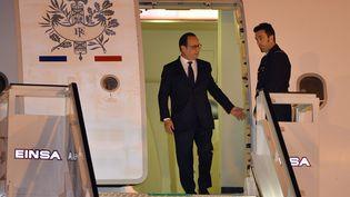 Le président français François Hollande arrive à l'Aéroport de La Havane, le 10 mai 2015. Il est le premier président français à se rendre à Cuba depuis l'annonce surprise en décembre d'un rapprochement entre Washington et La Havane. (ADALBERTO ROQUE/AFP )