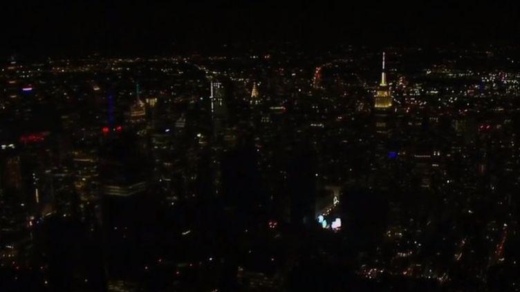 Une panne d'électricité géante est survenue dans le quartier de Manhattan à New York (États-Unis). Près de 100 000 habitations et commerces se sont retrouvés dans le noir. (FRANCE 2)