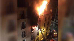 Un incendie ravage un immeuble du 18e arrondissement de Paris, le 2 septembre 2015. (NORMAN / FRANCETV INFO)