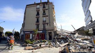 Des sapeurs-pompiers participent aux opérations de recherche d'éventuels survivants, le 31 août 2014, à Rosny-sous-Bois (Seine-Saint-Denis). (BERTRAND GUAY / AFP)