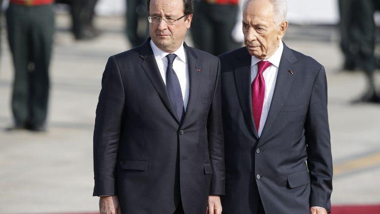 François Hollande et son homologue israélien Shimon Perez à l'aéroport Ben Gourion de Tel-Aviv (Israël), le 17 novembre 2013. (MARCO LONGARI / AFP)
