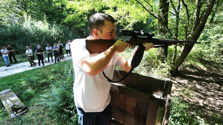 Un chasseur s'entraîne, le 22 août 2018, à Belval-Bois-des-Dames (Ardennes). (FRANCOIS NASCIMBENI / AFP)