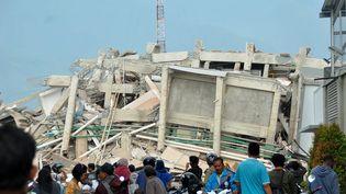 Un immeuble effondré à Palu, en Indonésie, après le séisme et le tsunami du 28 septembre 2018. (MUHAMMAD RIFKI / AFP)