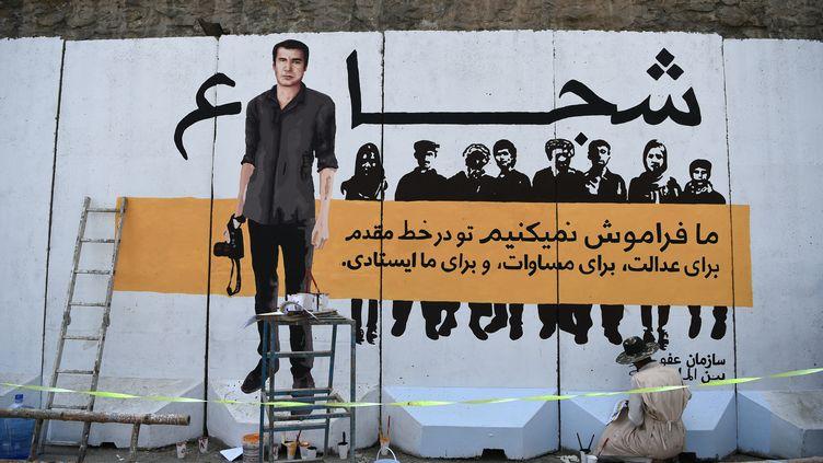 Une fresque rend hommage au photographe de l'AFP Shah Marai et aux autres journalistes morts dans un attentat suicide à Kaboul en avril 2018. (WAKIL KOHSAR / AFP)