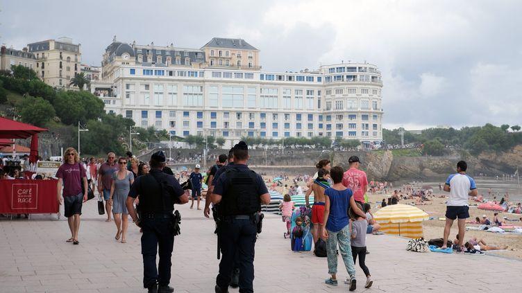 A l'approche du sommet du G7, les forces de l'ordre patrouillent déjà le long de la grande plage, près du centre de congrès de Bellevue, à Biarritz(Pyrénées-Atlantiques), le 18 août 2019. (LAURENT FERRIERE / HANS LUCAS / AFP)