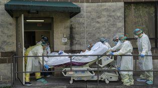 Des soignants transportentun patient atteint de Covid-19, dans un hôpital de Houston, aux Etats-Unis, le 2 juillet 2020. (GO NAKAMURA / GETTY IMAGES NORTH AMERICA / AFP)