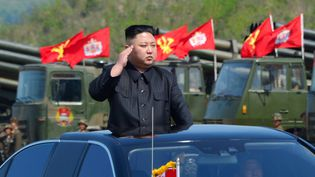 Le leader nord-coréen, Kim Jong-un, observe un exercice militaire sur cettephoto publiée par l'agence officielle nord-coréenne le 26 avril 2017. (KCNA KCNA / REUTERS)