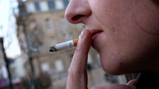 Une femme fume une cigarette à Thionville (Moselle), le 10 janvier 2019 (illustration). (JULIO PELAEZ / MAXPPP)