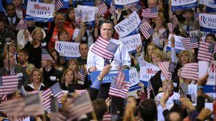 J-1 #TEAMROMNEY Le candidat républicain Mitt Romney cerné de drapeaux américains lors d'un meeting à Fairfax (Virginie), le 5 novembre 2012. (MANDEL NGAN / AFP)
