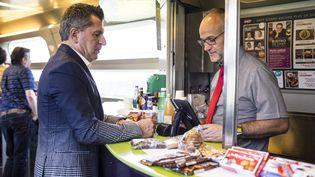 Un voyageur passe commande au bar d'un TGV, le 22 mai 2018, à Paris. (YANN CASTANIER / HANS LUCAS / AFP)