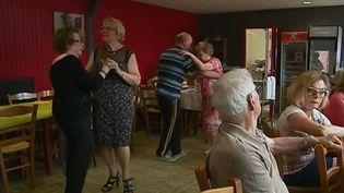 """A Croisy-sur-Andelles (Seine-et-Marne), l'association """"Café des champs"""" organise des goûters dansants afin d'aider les retraités de la région à vaincre la solitude. (FRANCE 3)"""