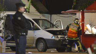 Un pompier inspecte la camionnette qui a fauché des passants sur le marché de Noël de Nantes (Loire-Atlantique), le 22 décembre 2014. (GEORGES GOBET / AFP)