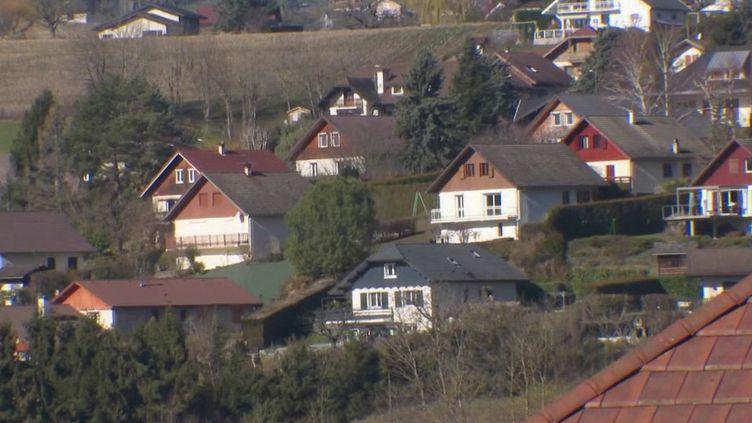 À La Balme-de-Sillingy, en Haute-Savoie, quatre cas de Covid-19 ont été détectés. Des habitants sont en attente de résultats, confinés chez eux. (France 2)