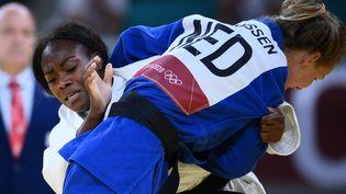 La judokate française Clarisse Agbegnenou se défait de la Néerlandaise Juul Franssen en quart de finale du tournoi olympique de Tokyo, le 27 juillet 2021. (FRANCK FIFE / AFP)