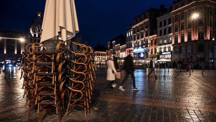 A Lille (Nord), lespassants se dépêchent de rentrer chez eux quelques minutes avant 21 heures, le 17 octobre 2020. (DENIS CHARLET / AFP)