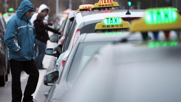 Des taxis à l'arrêt à Strasbourg (Bas-Rhin), le 10 janvier 2013. (FREDERICK FLORIN / AFP)