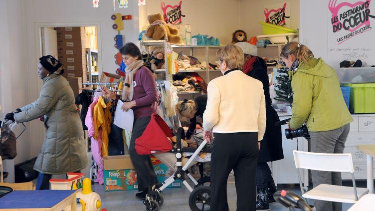 Le 30 novembre 2010 dans un centre de l'association Restos du cœur réservé aux mamans et aux bébés à Asnières (Hauts-de-Seine). (BERTRAND GUAY / AFP)