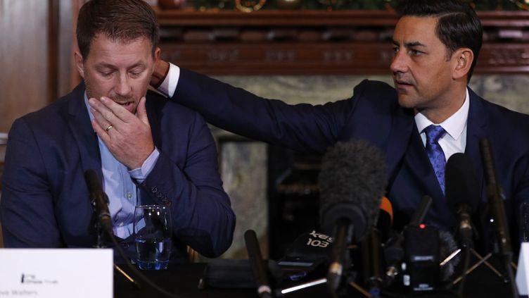 A droite, l'ancien footballeur Andy Woodward console son collègue et autre victime Steve Walters, le 5 décembre 2016, à Manchester (Angleterre). (PHIL NOBLE / REUTERS)