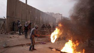 Un manifestant palestinien lors d'affrontements avec les forces de sécurité israéliennes dans le camp de réfugiés palestiniens de Shuafat dans Jérusalem-Est, le 5 Novembre 2014 (AHMAD GHARABLI / AFP)