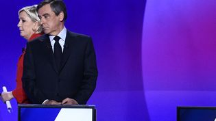 """Les deux candidats à la présidentielle, Marine Le Pen et François Fillon, sur le plateau de l'émission """"15 minutes pour convaincre"""" de France 2, le 20 avril 2017 à Saint-Cloud (Hauts-de-Seine). (MARTIN BUREAU / AFP)"""