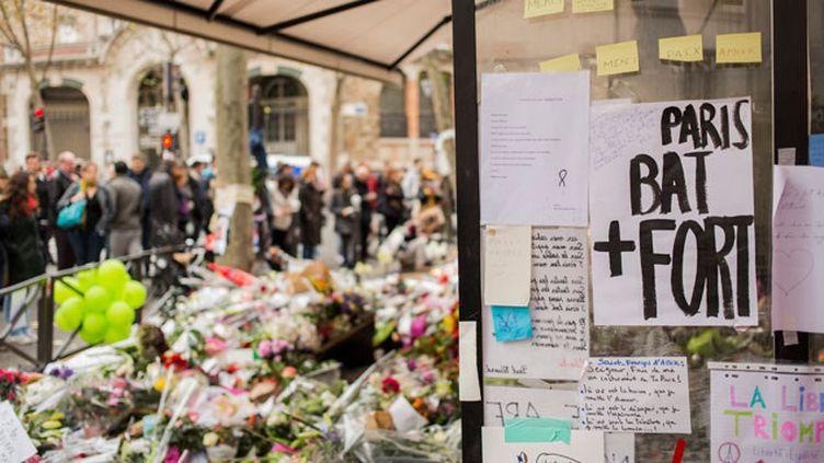 (La devanture de la Belle Equipe, un des bistrots touchés par les attentats de vendredi. © Maxppp)