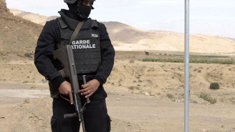 La gendarmerie tunisienne en opération dans les montagnes de Kasserine, à la frontière avec l'Algérie, repaires de plusieurs groupes jihadistes. La Tunisie est devenue le refuge de groupes islamistes algériens depuis la fin des années 1990. Photo prise le 23 octobre 2014. (ZOUBEIR SOUISSI / X02856)