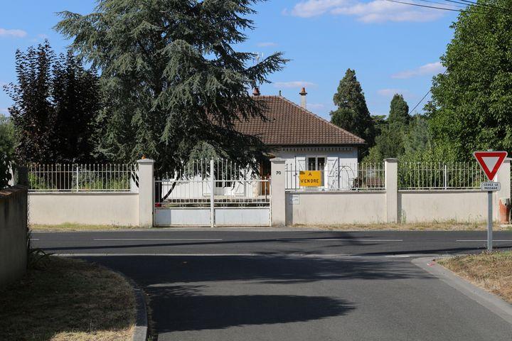 """Une pancarte """"à vendre"""" sur la clôture d'une maison près du futur centre de déradicalisation de Pontourny à Beaumont-en-Véron (Indre-et-Loire), le 31 août 2016. (BENOIT ZAGDOUN / FRANCEINFO)"""