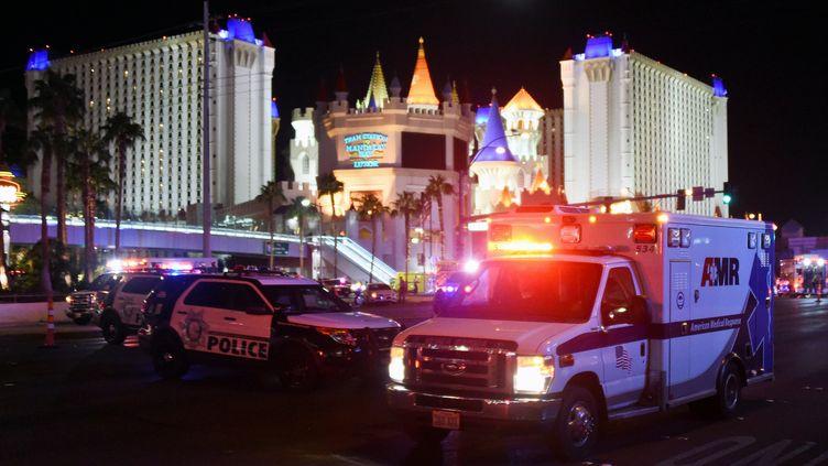 Des ambulances viennent en aide aux blessés de la fusillade de Las Vegas (Etats-Unis), le 2 octobre 2017. (ETHAN MILLER / GETTY IMAGES NORTH AMERICA/AFP)