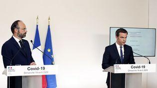 """Le Premier ministre, Edouard Philippe, et le ministre de la Santé, Olivier Véran, lors du """"point de situation"""" sur le Covid-19, le 19 avril 2020 à Paris. (THIBAULT CAMUS / POOL / AFP)"""