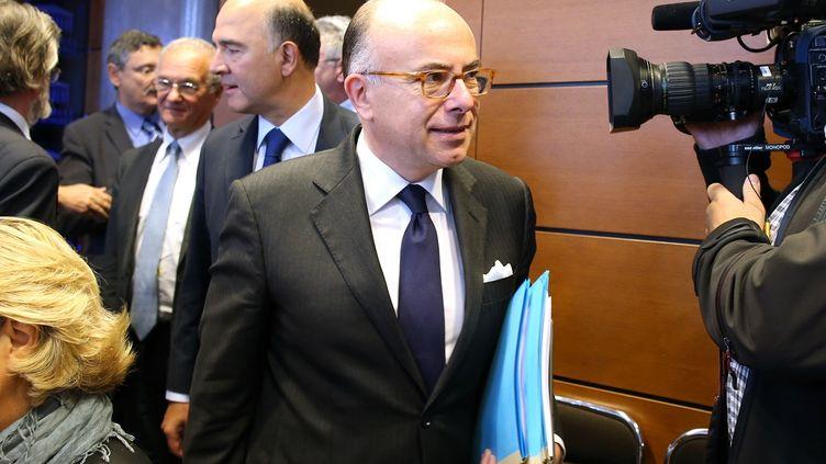 Le ministre du Budget, Bernard Cazeneuve, arrive à l'Assemblée nationale pour présenter le budget 2014, le 25 septembre 2013. (KENZO TRIBOUILLARD / AFP)