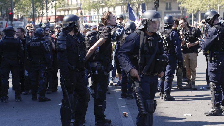 Des policiers arrêtent le journaliste indépendant Gaspard Glanz sur la place de la République à Paris le 20 avril 2019. (ZAKARIA ABDELKAFI / AFP)