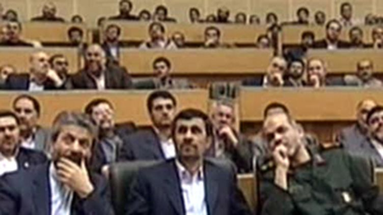 Mahmoud Ahmadinejad (au centre) regardant la retransmission du lancement d'une fuséee iranienne (03/02/2010)