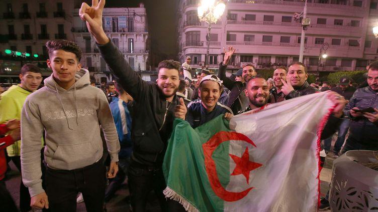 Des jeunes algériens sont descendus dans la rue après l'annonce du désistement d'Abdelaziz Bouteflika, le 11 mars. (BILLEL BENSALEM / APP / MAXPPP)