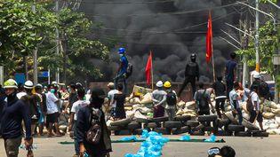 De la fumée s'élèvede pneus brûlés lors des manifestations pro-démocratie le 27 mars 2021 à Rangoun en Birmanie. (STRINGER / ANADOLU AGENCY / AFP)