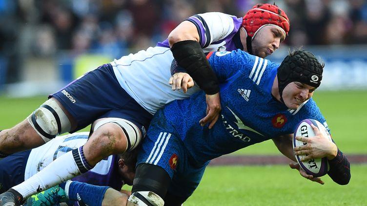 Arthur Iturriaest plaqué par un joueur écossais, dimanche 11 février, à Edimbourg en Ecosse. (ANDY BUCHANAN / AFP)