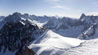 Le massif du Mont Blanc, avec les Grandes Jorasses, à droite, le 4 juin 2010. (ARNO BALZARINI / KEYSTONE / MAXPPP)
