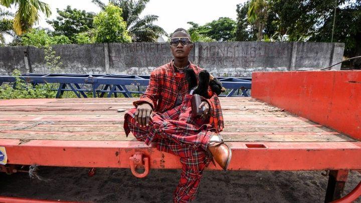 """Un sapeur, membre du mouvement """"La Sape"""", février 2014  (JUNIOR D. KANNAH / AFP)"""