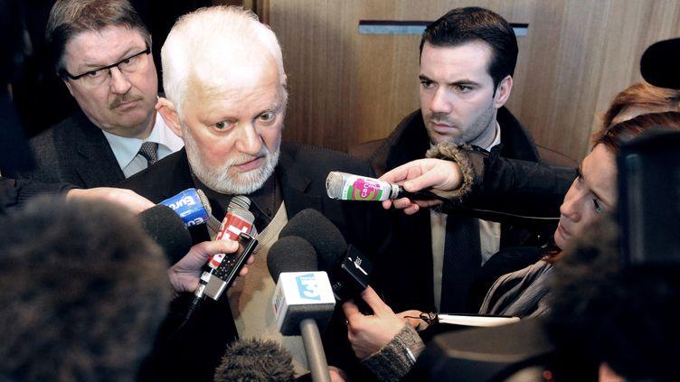 Maurice Boisart, maire de Cousolre (Nord), répond aux journalistes le 17 février 2012 à sa sortie du tribunal d'Avesnes-sur-Helpe (Nord) où il a été jugé. (FRANCOIS LO PRESTI / AFP)