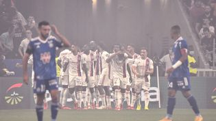 Les Lyonnais célèbrent la réalisation de Moussa Dembélé au Groupama Stadium contre Strasbourg, dimanche 12 septembre 2021. (JEFF PACHOUD / AFP)